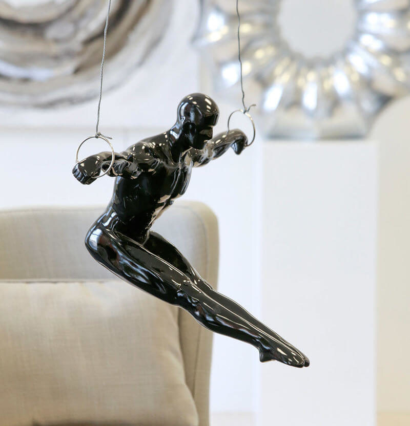 Moderne Deko Skulptur Sportsman mit Ringen zum Aufhängen bei DéKoala